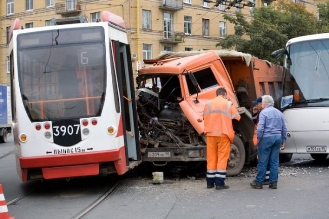 Трамвай крепче камаза (2 фото)