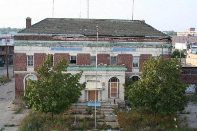 Заброшенный полицейский участок (26 фото)
