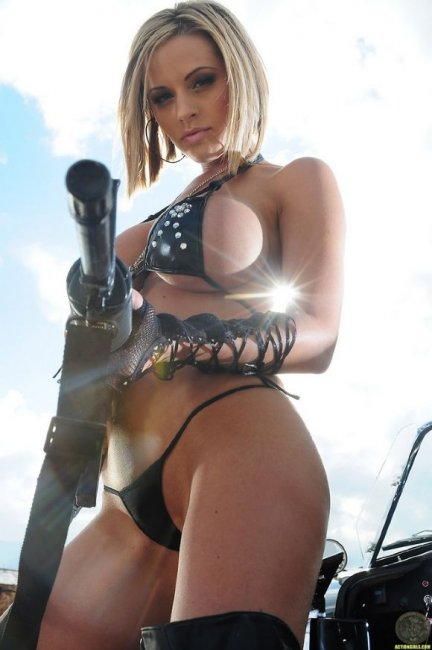 Девушка с оружием (14 фото)