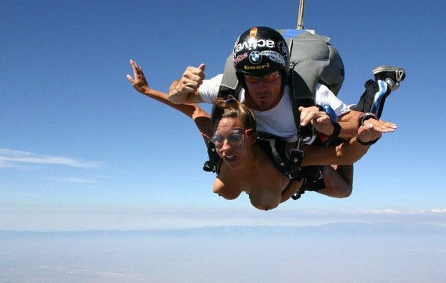 Как выглядят топлесс-девушки с парашютом (5 фото)