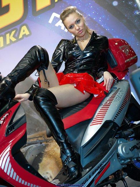 Девушки с выставки Мотор-парк 2009 (23 фото)