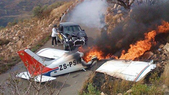 В ЮАР самолет упал на машину (6 Фото)