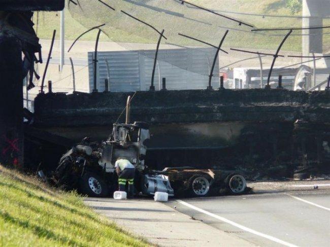 Взрыв бензовоза на мосту (14 фото)