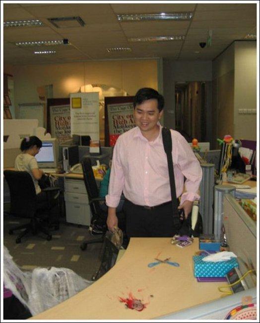 Кровавый офисный прикол (10 фото)