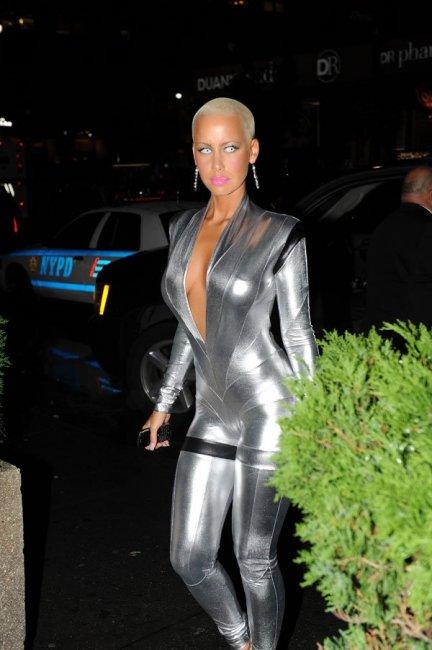 Amber Rose в модном костюмчике (4 фото)