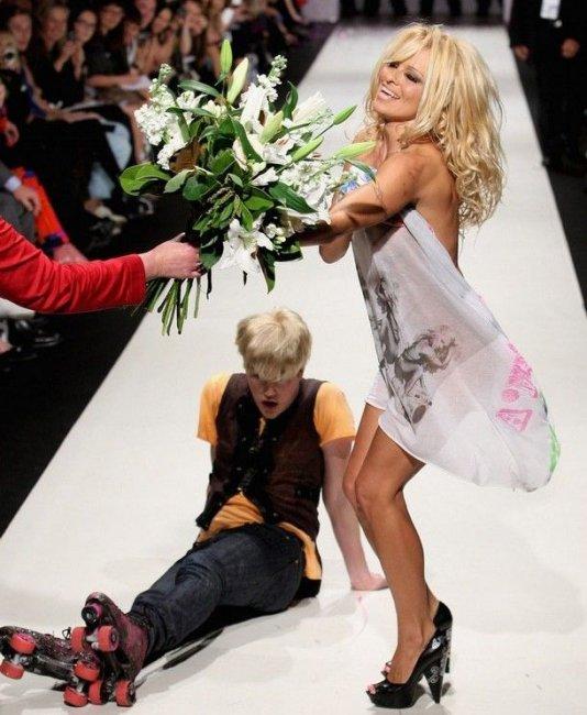 Памела Андерсон на подиуме (14 фото)