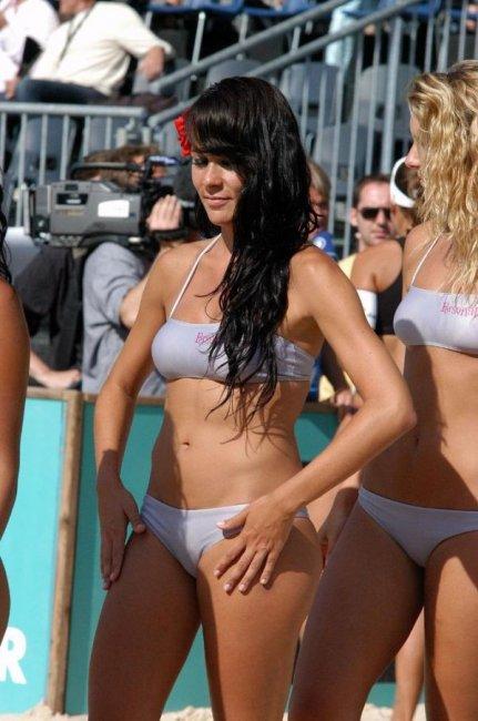 Девушки группы поддержки в бикини (50 фото)