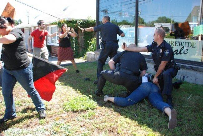 Жестокость американской полиции (3 фото)