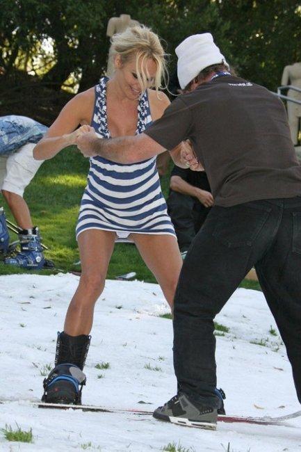 Памела Андерсон учиться кататься на сноуборде (20 фото)