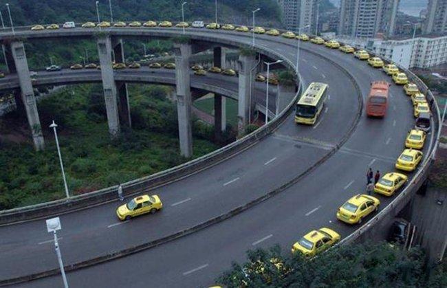 Гигантская очередь из такси (3 фото)