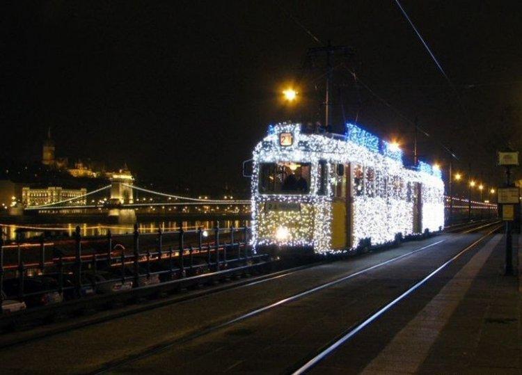 Как в Венгрии украсили трамвайчик (3 фото)