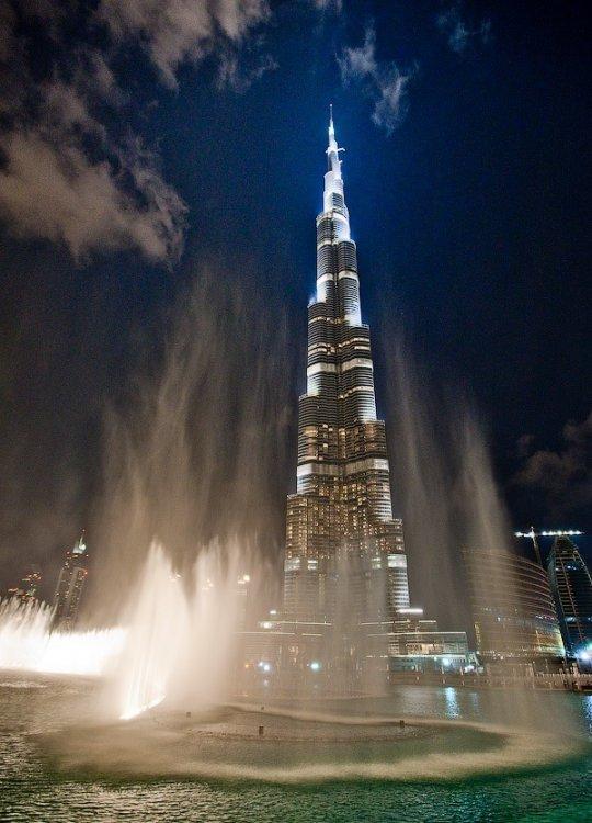 Шоу фонтанов возле небоскреба Бурж-Дубаи (13 фото)