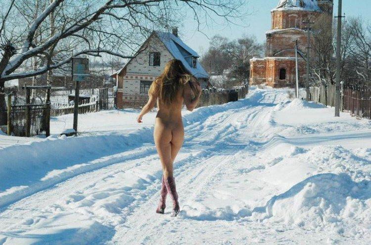 Обнаженная на снегу (20 фото)